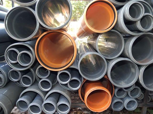 Afgebroken riolering zorgt voor overlast in kruipruimte